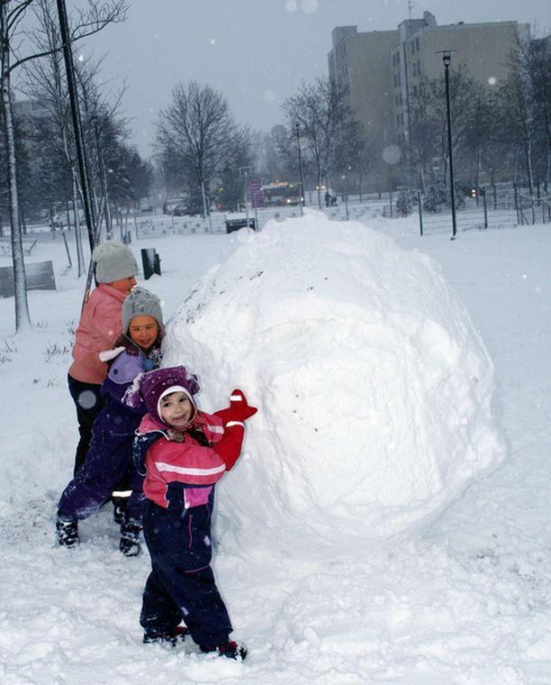 Katarina pyöritteli kavereiden kanssa jättimäisiä palloja lumiukkoja varten.