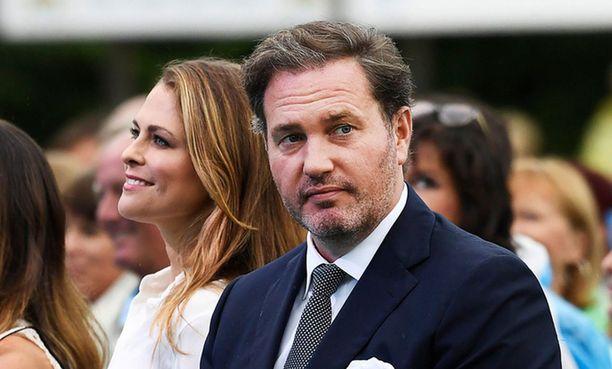 Madeleinen aviomies Chris O'Neill jäi kotiin hoitamaan sairaita lapsia.