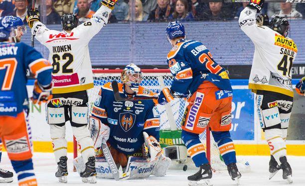 Jasse Ikonen ja Jari Sailio tuulettavat Kärppien voittomaaliksi jäänyttä Ikosen 3-2-osumaa.