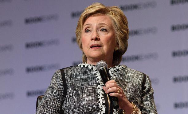 Clinton kertoo kirjassaan, ettei voi edelleenkään käsittää miksi niin monet amerikkalaiset tuntuvat vihaavan häntä niin syvästi, vaikka hän on tehnyt pitkän ja menestyksekkään uran politiikassa.