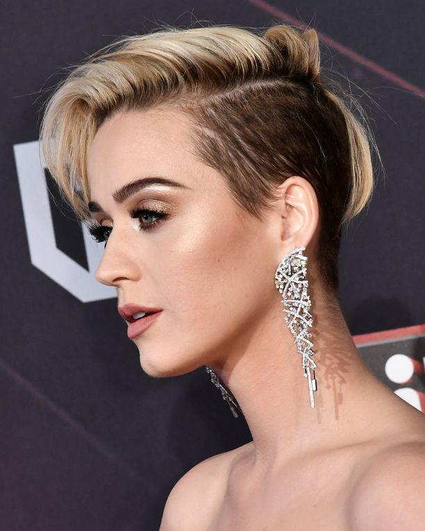Katy Perry viihtyy lyhyessä tukassa - mutta hänellä on myös resursseja stailata sitä.