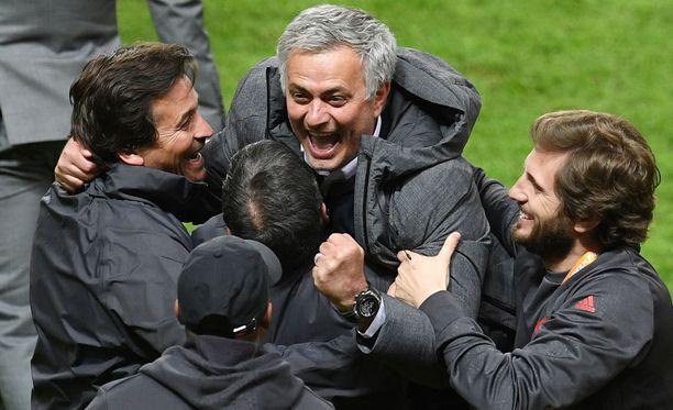 Mourinho villitsemässä valmennusryhmäänsä.
