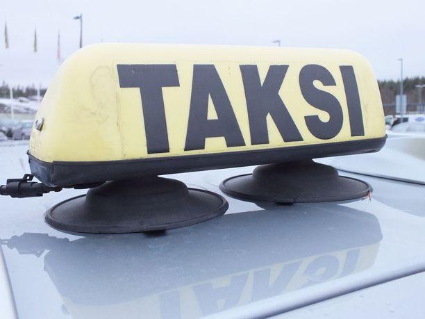 Taksiala on jakautumassa kahtia. Maalaisautoilijoiden mukaan hallituksen esitys liikennekaareksi enteilee taksiliiketoiminnan häviämistä maakunnista.