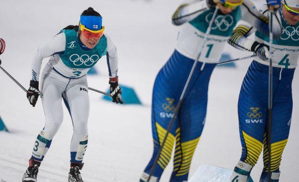 Hanna Falk (numerolla neljä) törkkäsi Krista Pärmäkoskea sauvalla reiteen sprintin välierässä.