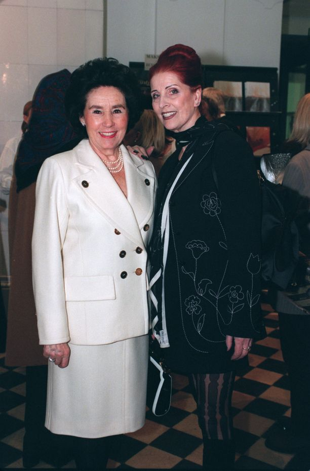 Satu ja Aira yhteiskuvassa vuonna 1998. Ystävykset ovat pitäneet yhtä vuosikymmeniä.