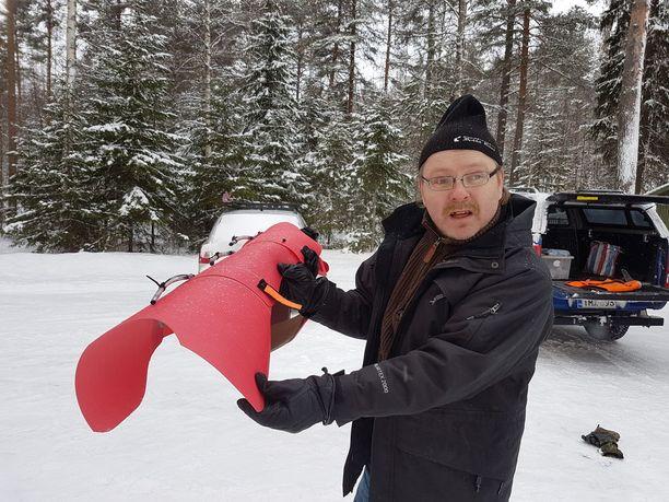 Jussi Aro on kehitellyt pitkälti toistakymmentä vuotta erilaisia susiliivejä. Hän sanoo tekevänsä sitä rakkaudesta koiriin ja metsästykseen.