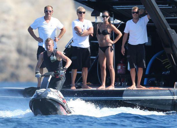 Kimi ja Minttu lomailevat seurueineen jahdilla Korsikalla.