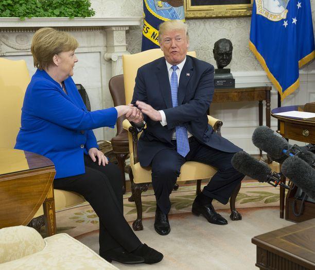 Trumpin ja Merkelin välit ovat viileähköt.