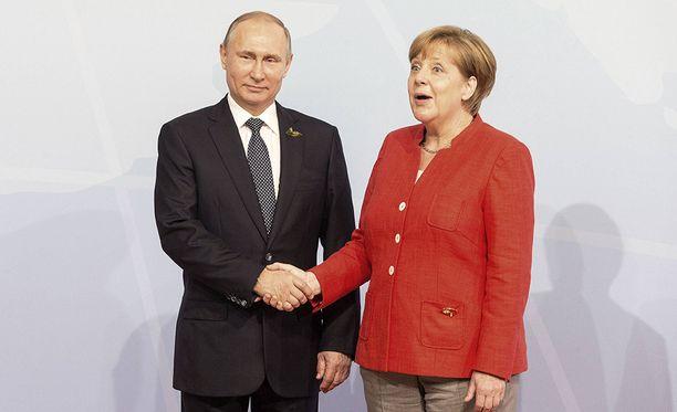 Venäjän presidentti Vladimir Putin ja Saksan liittokansleri Angela Merkel juttelivat G20-kokouksessa.