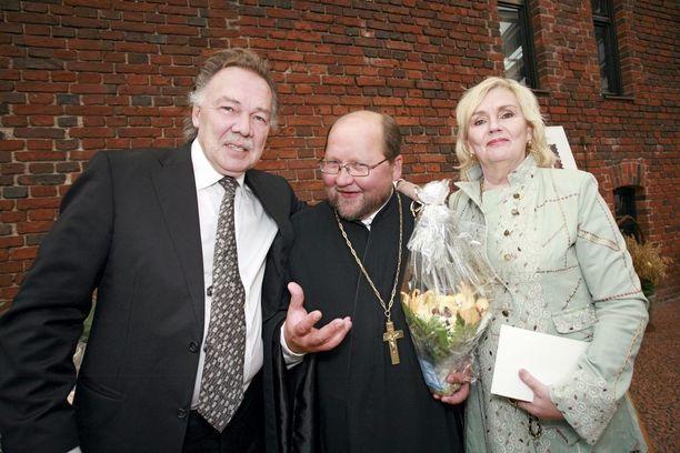 Isä Mitron 50-vuotissyntymäpäivät ravintola Sipulissa vuonna 2008 olivat mediatapahtuma. Kuvassa hänen kanssaan poseeraavat Kari Tapio ja Pia Viheriävaara.