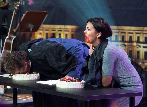 Sara Chafak pistää itsensä torstain jaksossa likoon eikä pelkää sotkea itseään kakkuleikissä.