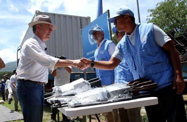 Kolumbian presidentti Juan Manuel Santos todisti, kun Farcin viimeiset aseet luovutettiin YK:lle.