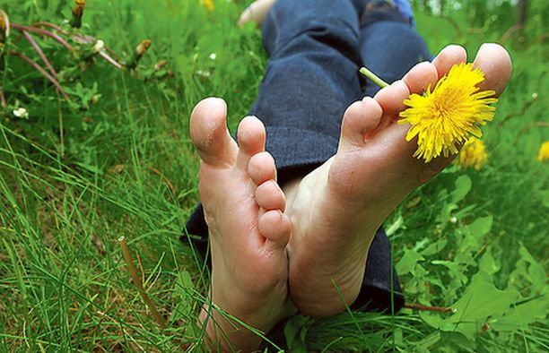 Vastustuskykyä ja jalkojen pieniä lihaksia voi treenata jättämällä kengät kesäksi kaappiin.