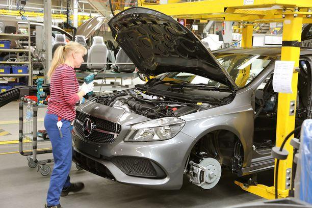 Autotehdas tarjoaa monenlaisia työtehtäviä. Työn pitämiseksi mielekkäänä työtehtäviä saatetaan vaihtaa jopa vuoron aikana.