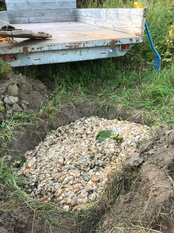 Kuolleille simpukoille kaivettiin kuoppa, jotta niiden epämiellyttävä löyhkä ei leviäisi.