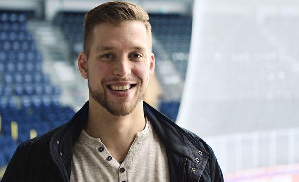 Jukka Peltola ilmoittautui vapaaehtoiseksi piristämään nuoren, sairaudesta toipuvan kiekkofanin päivää.