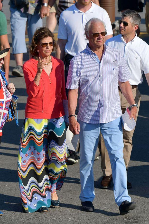 Silvia ihastutti värikkäällä tyylillään. Kaarle Kustaa valitsi ylleen hillitympiä värejä.