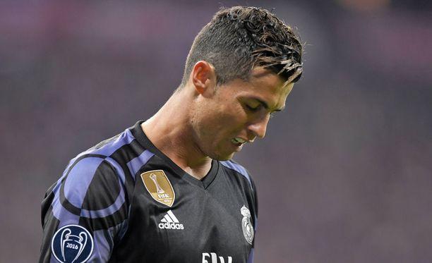 Cristiano Ronaldo on kohun keskellä.