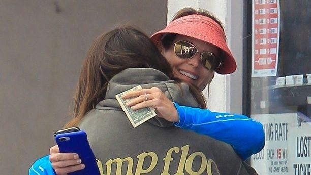 Lori Loughlin halaa lämpimästi tytärtään Bella Giannullia Los Angelesissa.