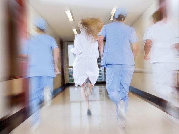 Vaikka moni hoitaja kokee, että työmäärät ovat liian suuria, moni ei uskalla valittaa asiasta eteenpäin. Kuvituskuva.