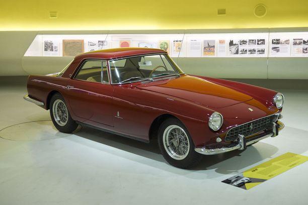 Ajattoman kaunis 1950-luvun Ferrari GT 250 on Museo Casa Enzo Ferrarin vetonauloja.