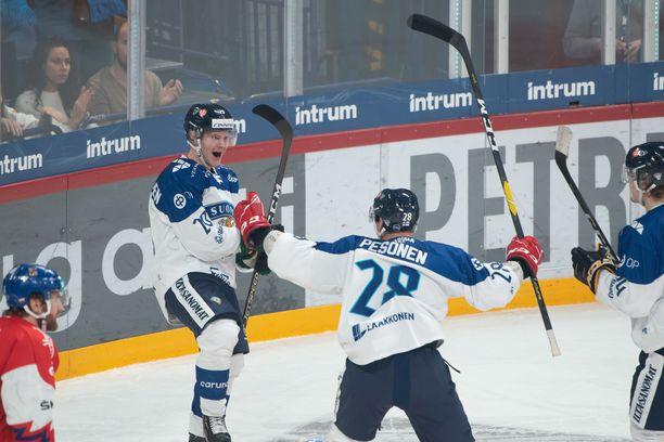 Arttu Ruotsalainen avasi Suomen maalihanat läpiajomaalilla, jonka syötti Harri Pesonen.