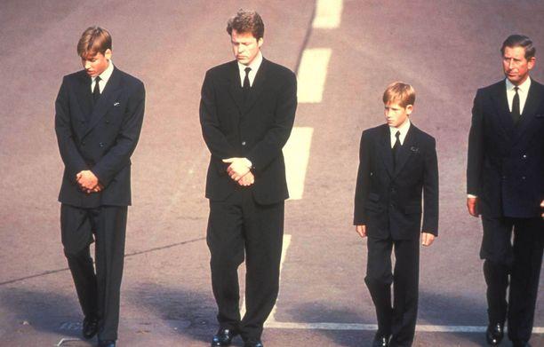 Hautajaiset vuonna 1997. Kuvassa William (vas.), Dianan veli Earl Spencer, Harry ja Charles.