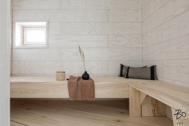 Tältä näyttävät modernin saunan lauteet.
