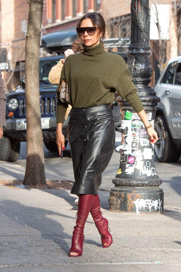 Victoria Beckham näyttää harvemmin paljasta pintaa: hänen tyylinsä on sivistyneen hillitty, mutta samalla rohkean tyylikäs.