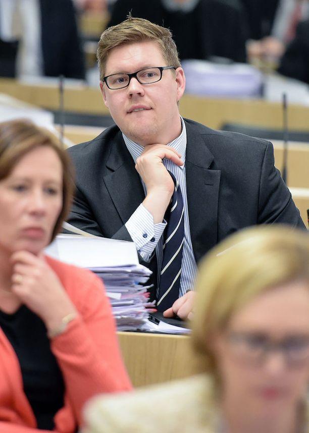 Antti Lindtmanin mukaan keskusta ajoi koulutuskeskustelussa kaksilla rattailla. Hallituksesta muistutettiin, että SDP oli aiemmin valmis leikkaamaan ammatillisesta koulutuksesta vielä enemmän.