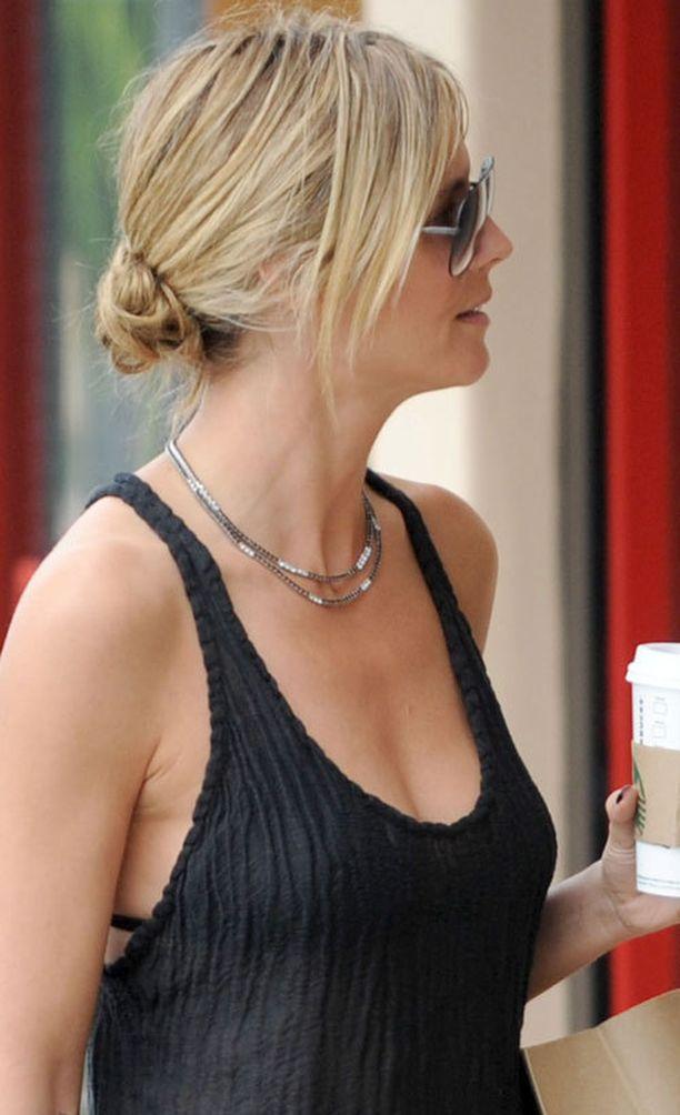 Heidi Klum sutaisi hiuksensa rennolle nutturalle.