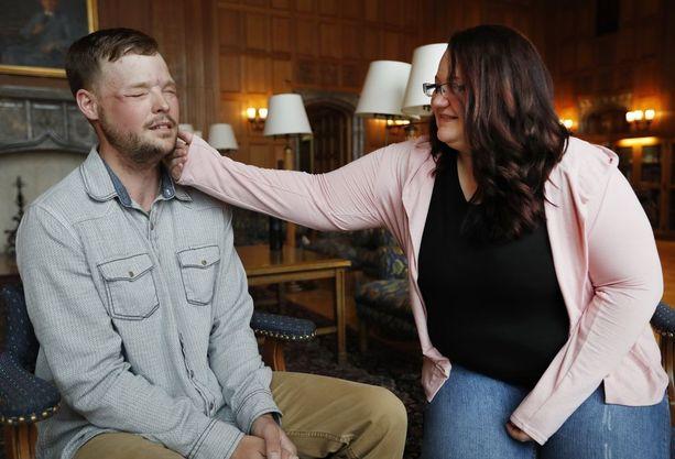 Lilly Ross tunnustelee Andy Sandnessin kasvoja, jotka kuuluivat aiemmin hänen kuolleelle miehelleen.