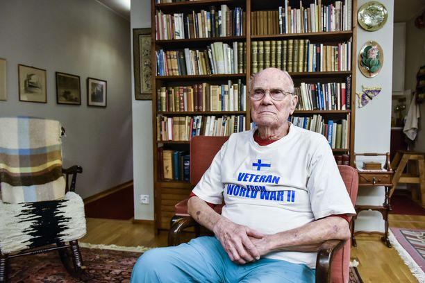 94-vuotias sotainvalidi Yrjö Saraste käy joka sunnuntai kävelemässä yli 15 kilometrin lenkin.