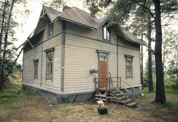 Villa Hällebo toisesta suunnasta vuonna 2000 otetussa kuvassa. Huvila on ollut ilkivallan uhri mutta vielä pelastettavissa. Vanhoissa kuvissa ulkoseinistä ei löydy vielä töhryjä.