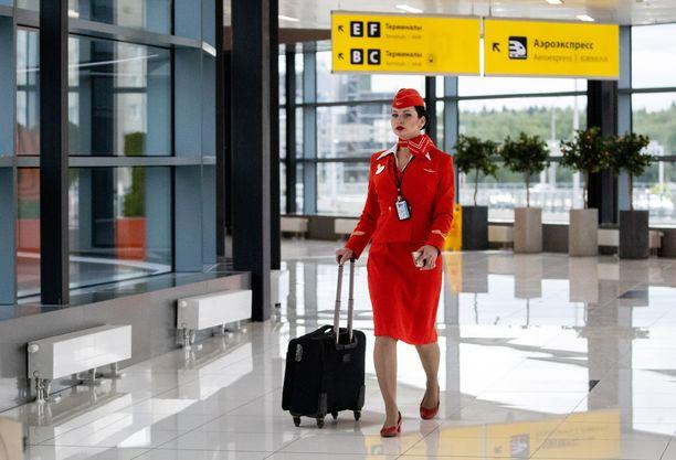 Lentoemäntien tyylille voidaan antaa tiukkojakin ohjeita. Kuvan nainen kuuluu Aeroflotin henkilökuntaan.