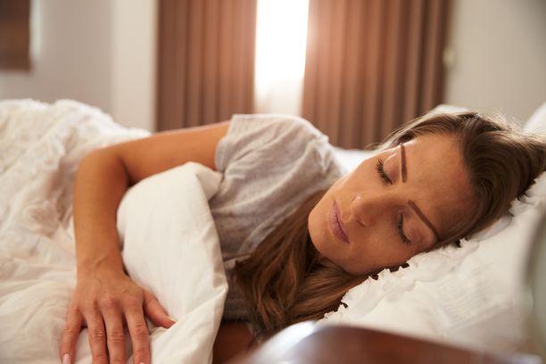 Aamuheräämistä voi helpottaa, jos makuuhuoneeseen pääsee jonkin verran valoa.