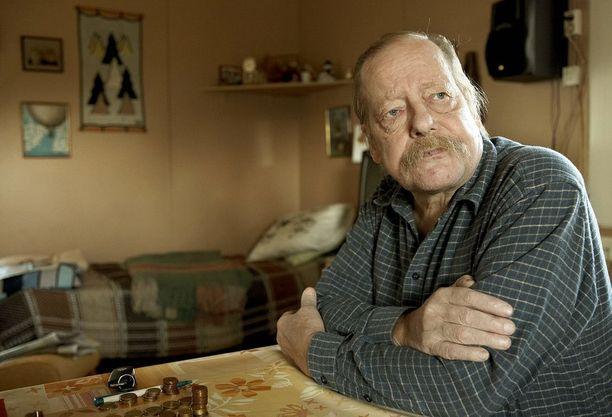 68-vuotiaaksi elänyt näyttelijä Esko Nikkari oli mukana yli 30 pitkässä elokuvassa ja lukuisissa televisio-ohjelmissa. Lisäksi hänet palkittiin näyttelijänuransa aikana Jussi-palkinnolla ja erikois-Venlalla.