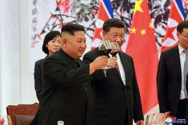 Kim Jong-un ja Xi Jinping kilistelivät tiistaina laseja Pekingissä.