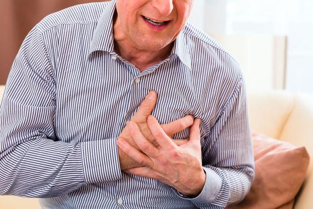 Sydäninfarktin tyypillisin oire on puristava, painava tai vannemainen kipu, joka säteilee usein olkavarsiin, käsivarsiin, leukaperiin tai ylävatsaan.