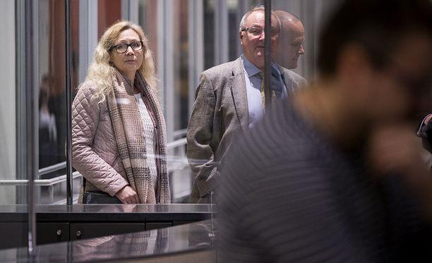 Anneli Auer saapuu asianajajansa Juha Mannerin kanssa Varsinais-Suomen käräjäoikeuteen.