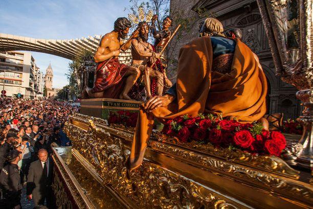 Espanjassa pääsiäinen on leimallisesti uskonnollinen juhla. Sevillassa järjestetään näyttäviä kulkueita.