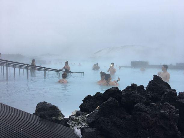Islannissa on lukuisia kylpylöitä, joissa paikallinen väki käy ahkerasti. Turistit suuntaavat usein kuitenkin Blue Lagoonin sinisiin vesiin.