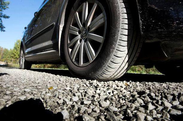 Irtokivet saattavat kaivautua rengasuraan ja rikkoa renkaan.