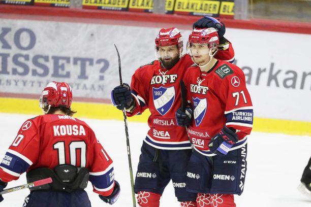 Michael Keränen (oik), Otto Paajanen ja Mikko Kousa juhlivat Keräsen 1-0 maalia.