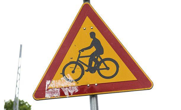 Onnettomuus tapahtui koulujen lähellä Nivavaarantien ja Kairankujan risteyksessä suojatiellä.