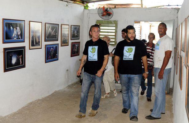 Sean Penn vierailee Kuubassa Vanity Fair -lehden toimittajana. Pennin tarkoituksena on selvittää kuinka Barack Obaman valinta Yhdysvaltain presidentiksi on vaikuttanut kuubalaisten elämään ja maiden välisiin suhteisiin.