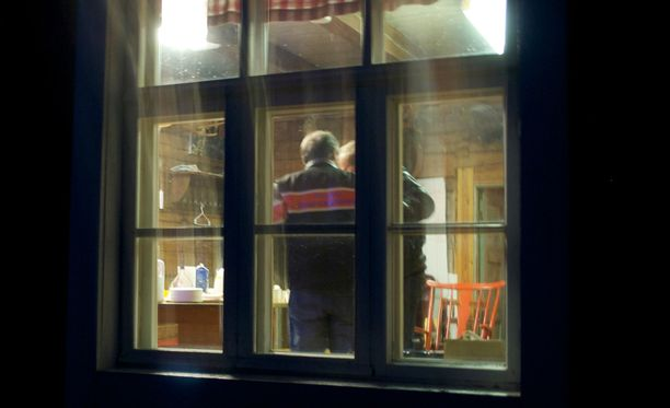 Teuvo Hakkaraisen sukulaiset hätistivät toimittajat pois vaalivalvojaisista.