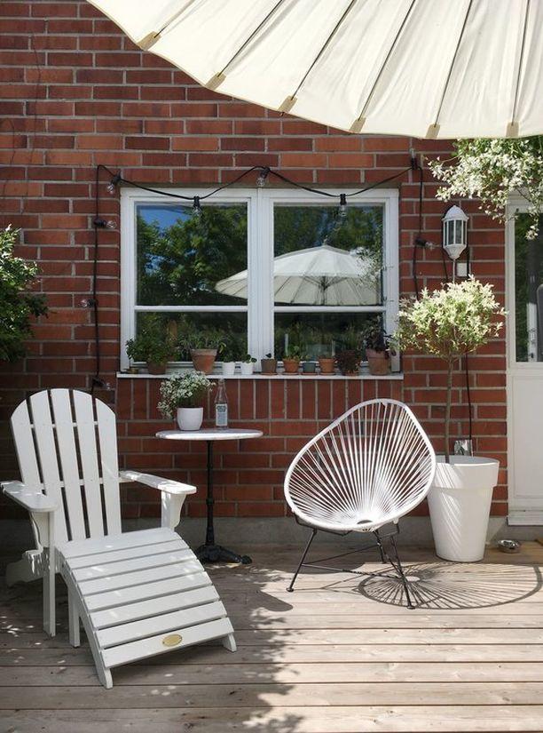 Pieni rivitalon takapiha on pyhitetty rentoon oleskeluun. Vaikka varsinaista puutarhaa ei ole, on ruukkukasveilla saatu terassille vehreyttä, ja pienien ruukkujen rykelmä ikkunalaudalla toimii hauskana sisustuselementtinä.