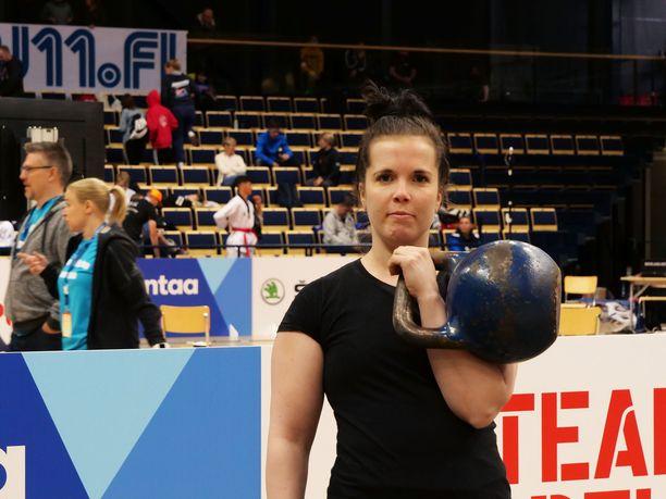 Adelina Komulainen kertoo, että moni sekoittaa kahvakuulaurheilun ja ryhmäliikuntatunnit toisiinsa.