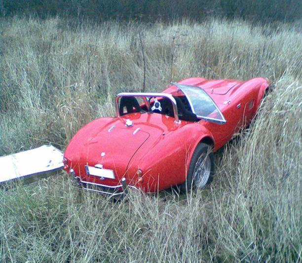 Auto lähti kokeneen katsastumiehen käsistä ja päätyi läheiselle pellolle.